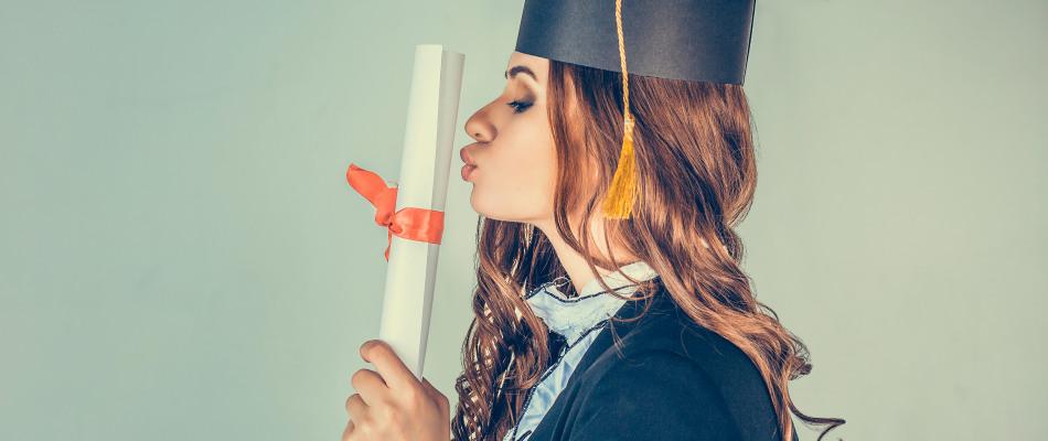 Une jeune fille embrasse son diplôme