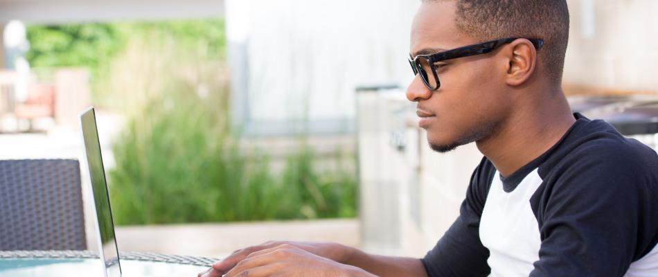 Jeune homme face à son ordinateur