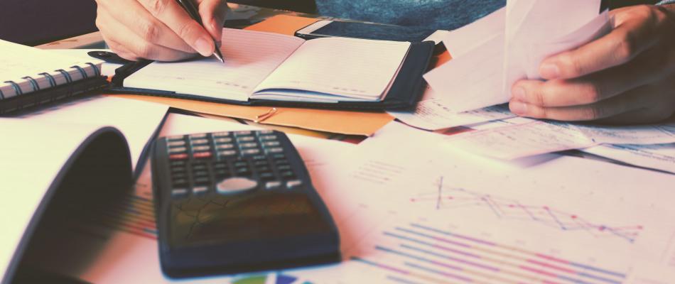Un étudiant calcule un budget